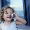 Игрушка или мобильный телефон. Выбираем подарок ребенку