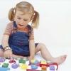 Дети с игрушками играют