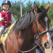 В Омске детей лечат лошади