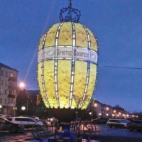 В Омске у ТЦ «Каскад» появилось 6-метровое яйцо