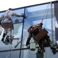 Как помыть окна в высотном здании?