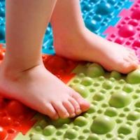 Чем полезны ортопедические массажные коврики?