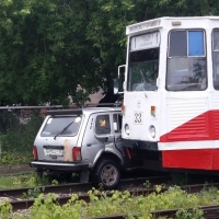 В Омске столкнулись легковушка и трамвай
