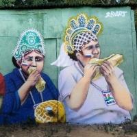 Омский художник сделал граффити с изображением футбольных болельщиков