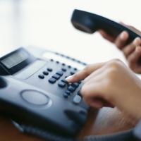 Работники медучреждений могут задать вопросы об оплате труда по телефону